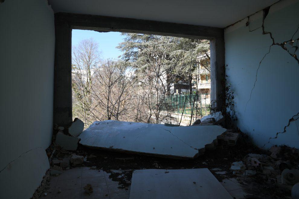 All'interno di una abitazione distrutta