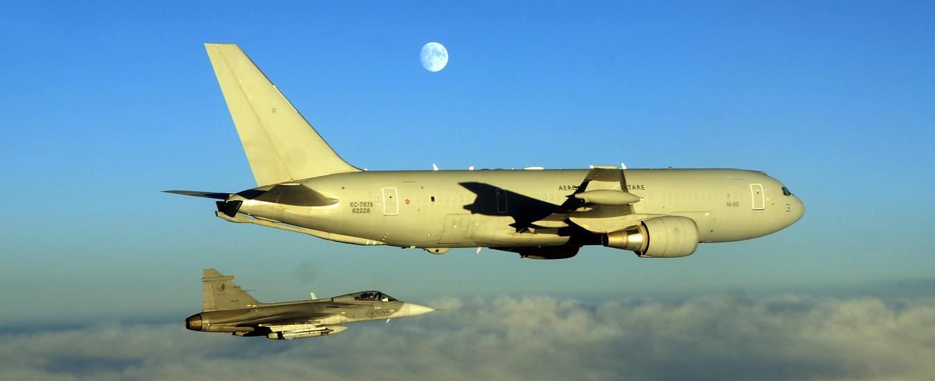 Aeronautica, il nostro Boeing non precipita e il rancio è ottimo. Viva l'ottimismo militare!