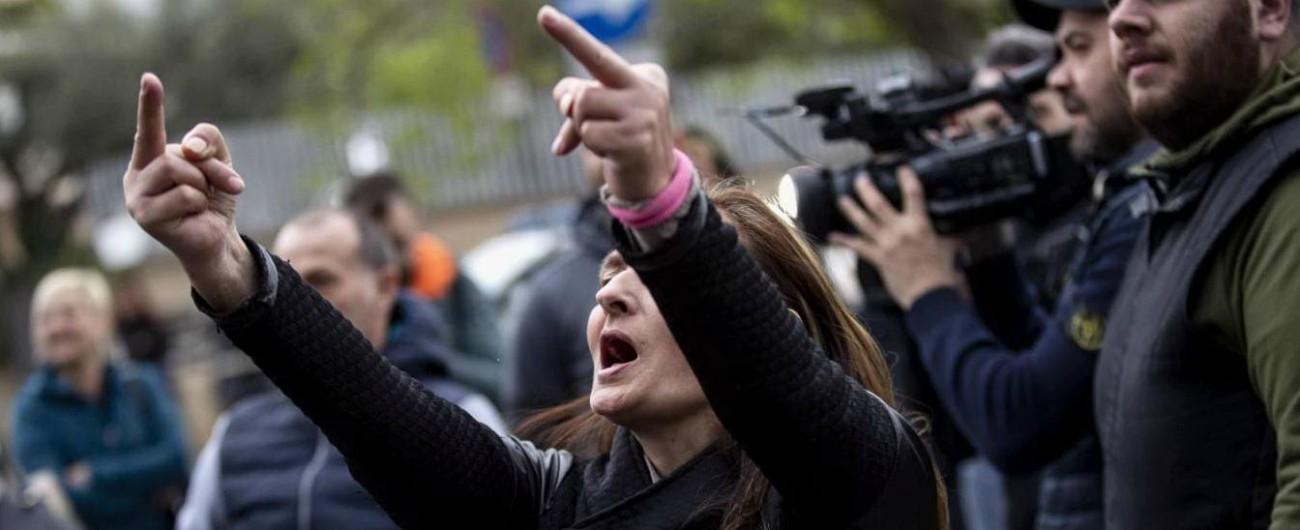 Torre Maura, 41 denunciati per disordini contro rom. Accuse da incendio doloso a odio razziale e apologia del fascismo