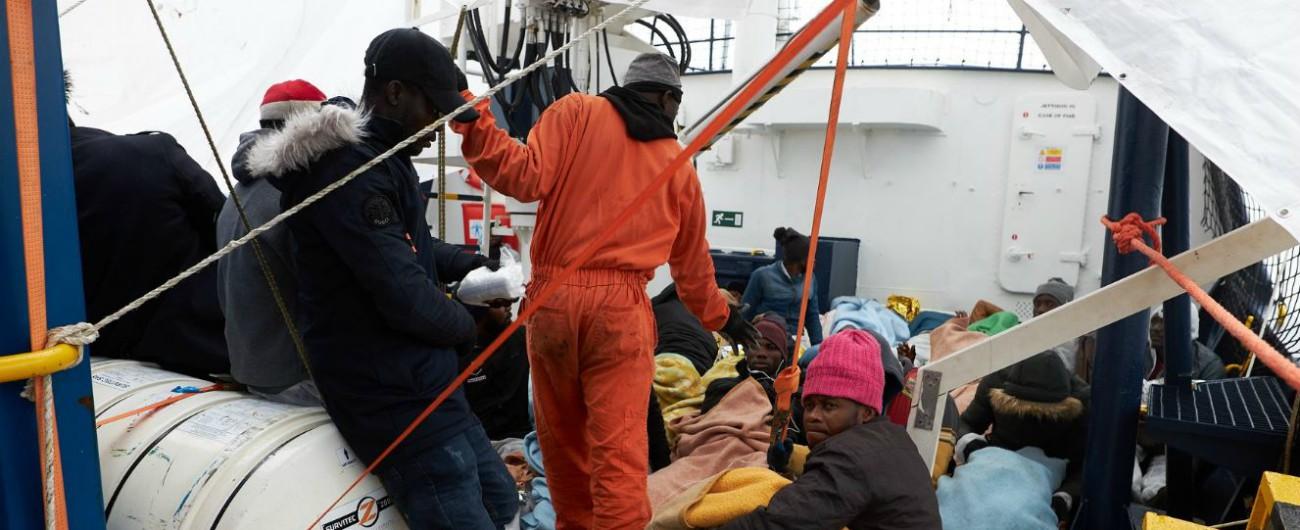 Migranti, Alan Kurdi vicina a Lampedusa: decisa evacuazione per 2 bambini e madri. Salvini: 'Rifiutano di scendere'