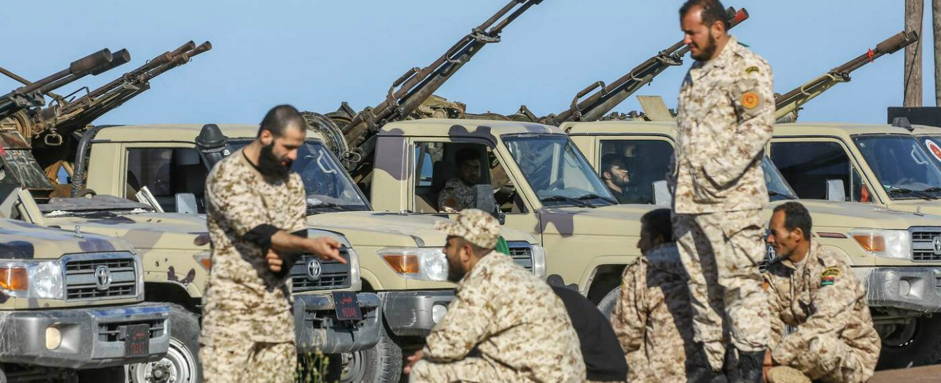 """Libia, missili di Haftar contro Tripoli. Al-Sarraj: """"Lui ha tradito e la Francia lo sostiene"""". Usa evacuano contingente"""