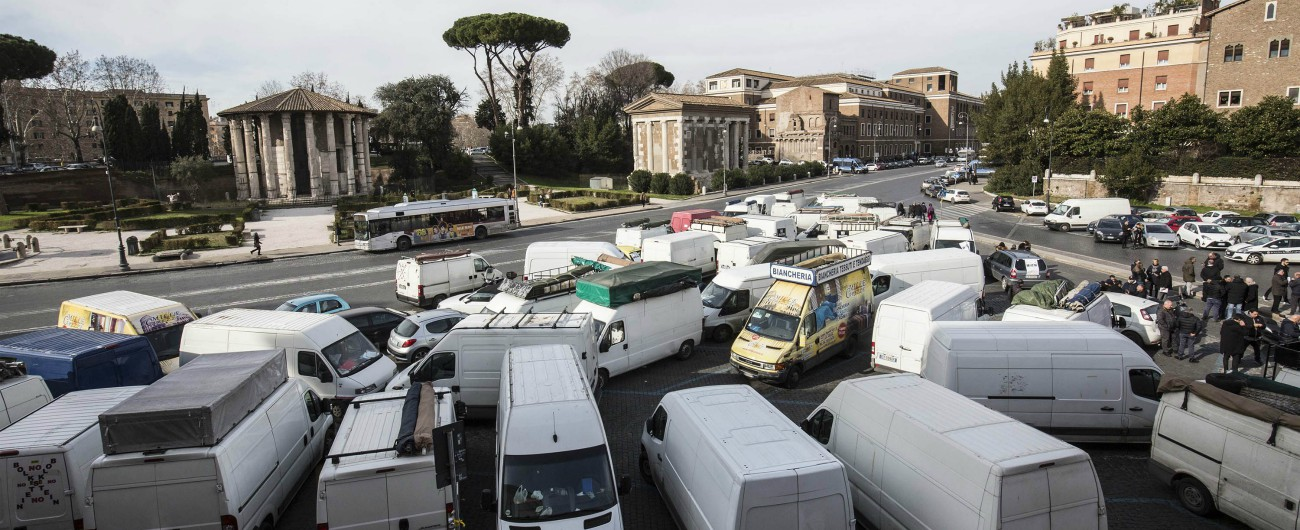 Roma, il Tavolo del decoro taglia del 50% i posti per gli ambulanti e i camion bar