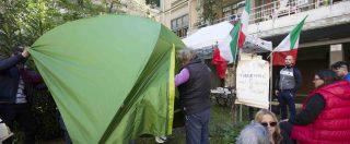 """Roma, protesta a Casal Bruciato per casa a famiglia rom: presidio di Casapound. Raggi: """"Odio e terrore contro 6 bimbi"""""""