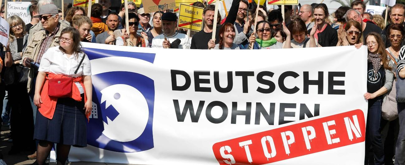 """Berlino, raccolta firme per nazionalizzare le case in mano a grandi gruppi: """"Stop agli aumenti indiscriminati degli affitti"""""""