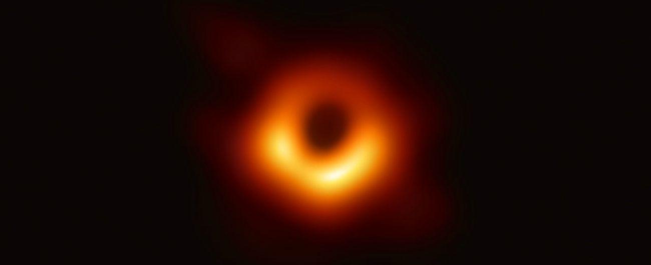 """Rivoluzione nell'universo: ecco la prima foto di un buco nero. I fisici: """"Abbiamo dato forma alle equazioni di Einstein"""""""