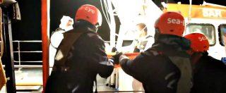 Alan Kurdi, la nave ancora ferma in mare. Evacuata 23enne incinta dopo crisi epilettica: le immagini del salvataggio