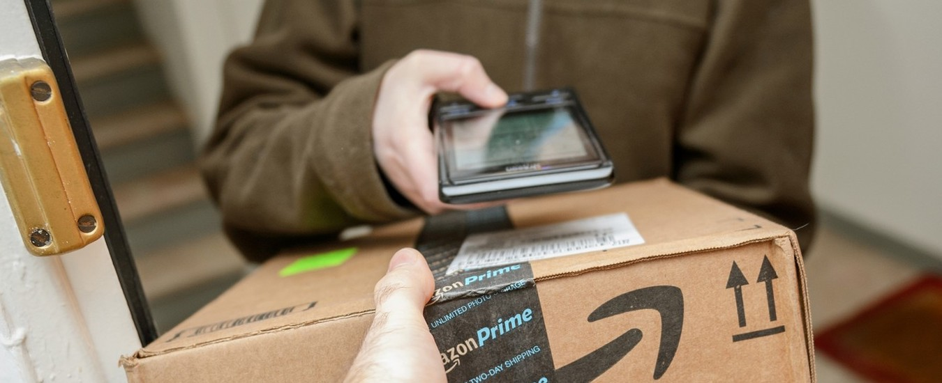 """Ladri del portico, Amazon li smaschera con l'aiuto della Polizia e dei """"pacchi esca"""" con GPS"""