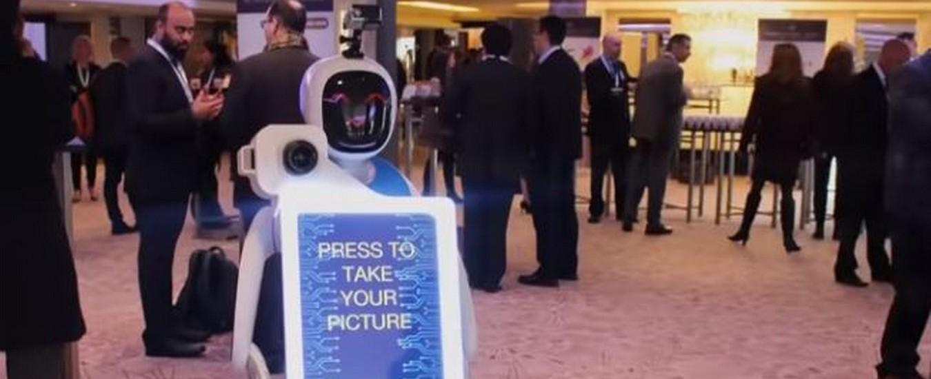 Fotografo robot al matrimonio, scatta foto con filtri ed effetti speciali e conquista gli ospiti