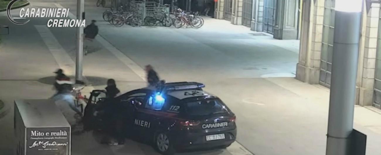 """Cremona, i ragazzini rubano le bici: i carabinieri li fermano e chiamano i genitori. E loro: """"Potevate tenerveli"""""""