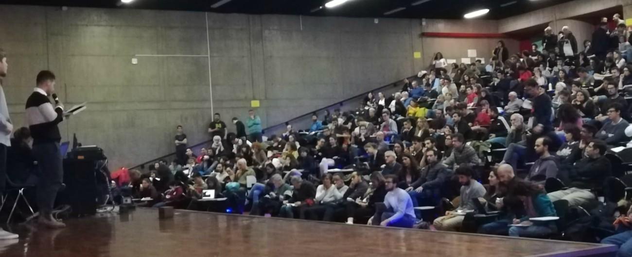 """Fridays for Future, la prima assemblea in Italia: smartphone e borracce al posto di giornali e plastica. """"Ci stiamo svegliando"""""""