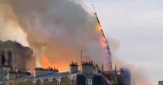 Incendio Notre-Dame, crollata la guglia della cattedrale simbolo di Parigi