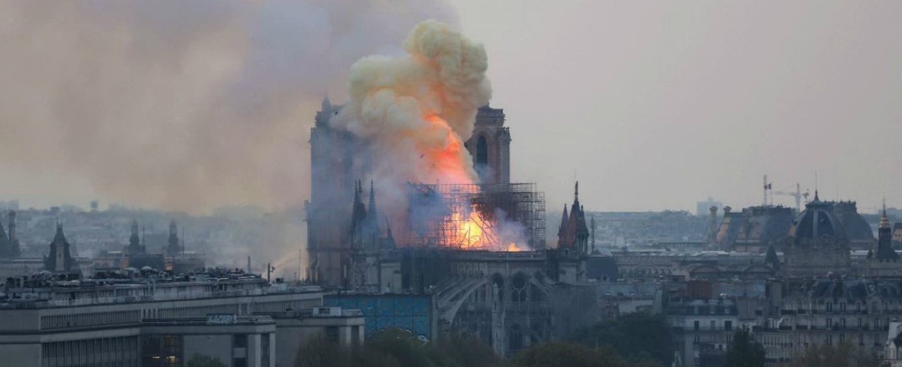 https://st.ilfattoquotidiano.it/wp-content/uploads/2019/04/15/Notre-Dame-Incendio-1300.jpg
