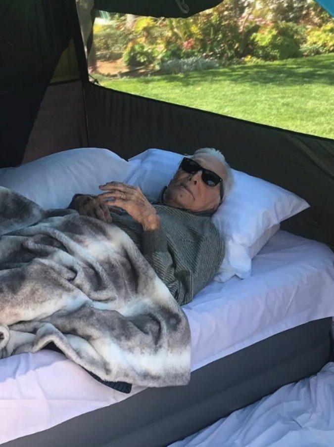 Kirk Douglas in campeggio a 102 anni: lo scatto in tenda è virale