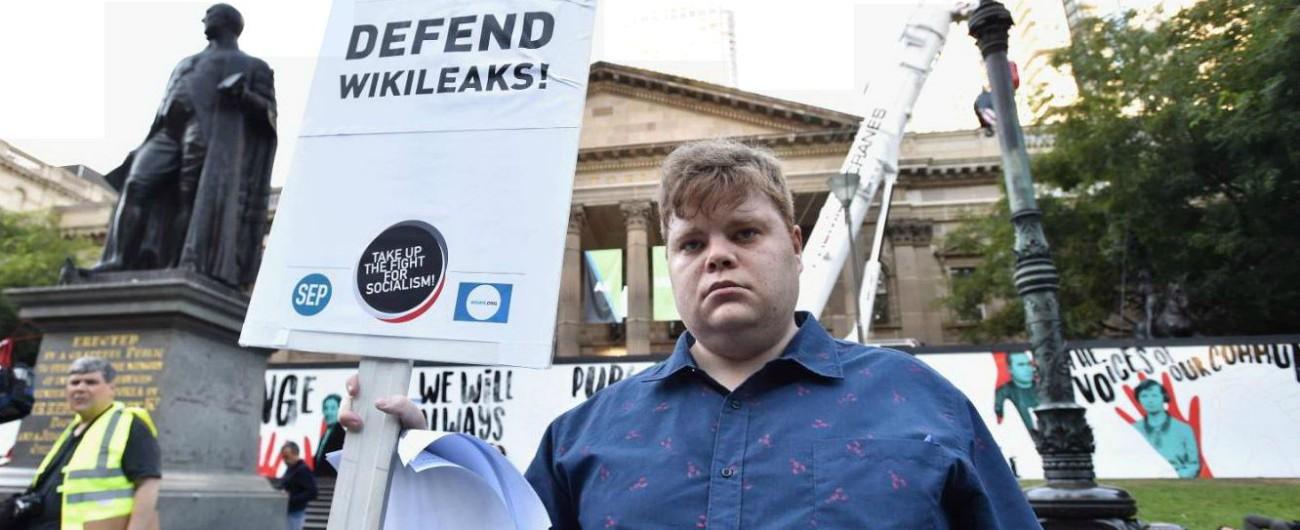 """""""Assange è l'eroe dei nostri tempi"""": Di Battista e Freccero insieme (sul blog di Grillo) in difesa dell'ideatore di Wikileaks"""