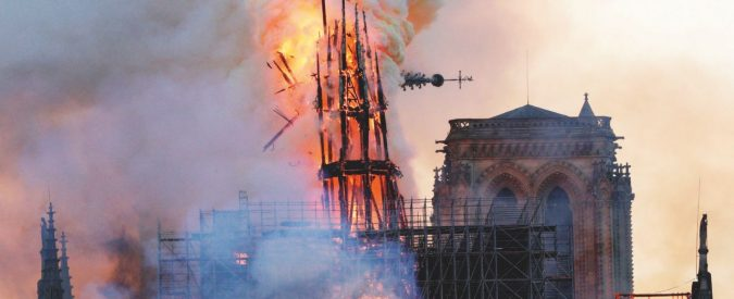 Il fuoco mangia Notre-Dame. Parigi prega in ginocchio