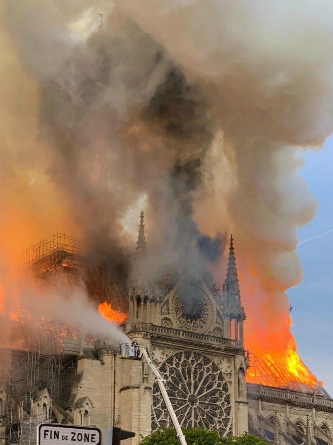 """Incendio Notre-Dame, complottista lo definisce """"l'11 settembre francese"""": il giornalista di Fox News gli toglie la parola"""
