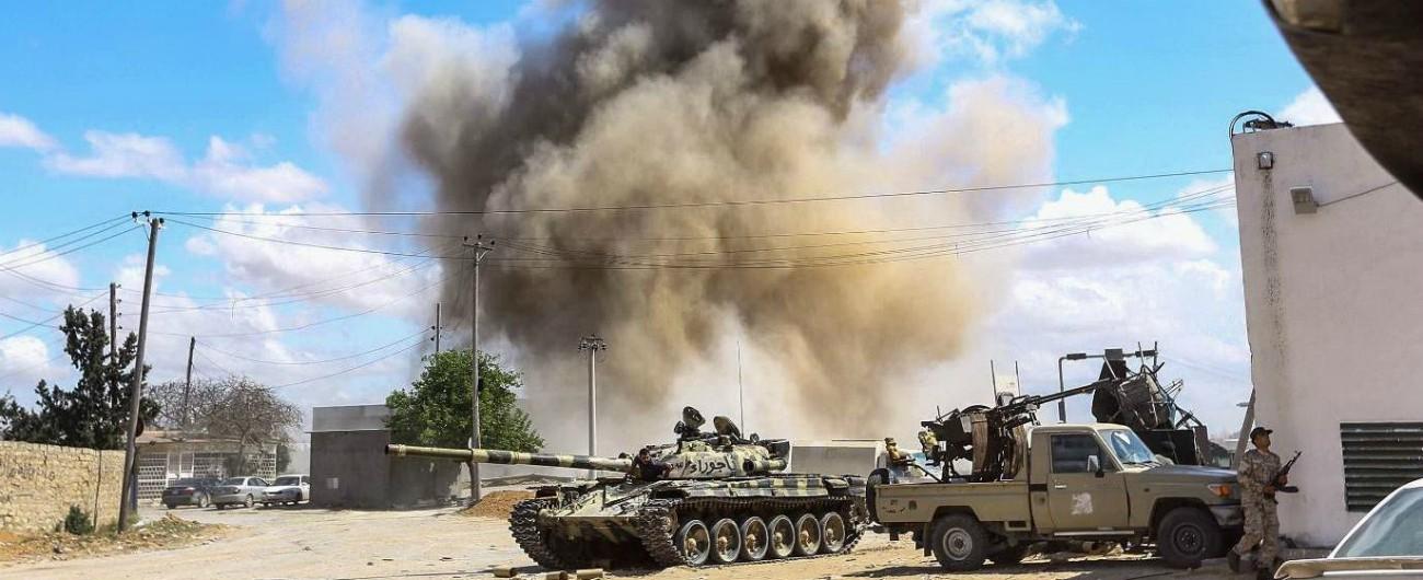 Libia, Haftar bombarda zona residenziale: 5 civili morti. Al Sarraj: 'È un criminale di guerra'. Al Jazeera: 'Pronto attacco finale'