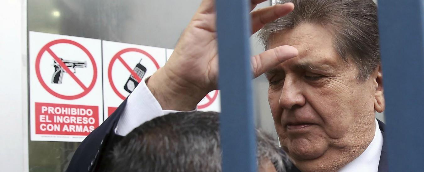 Perù, l'ex presidente Garcia è morto dopo essersi sparato durante l'arresto