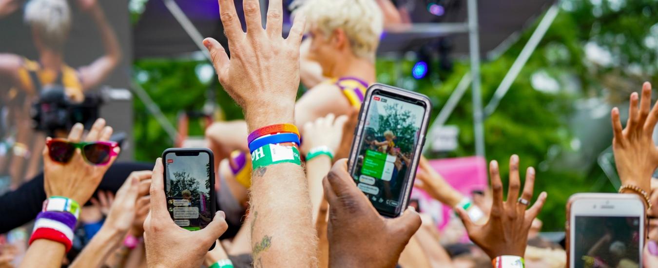 Smartphone, dalle recite a scuola fino ai concerti: per favore, smettiamola di fare video