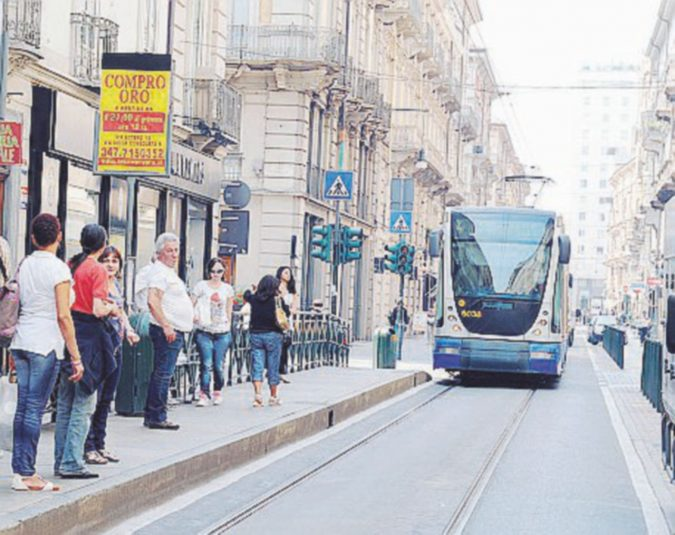 La carrozzina non può essere fissata e il tram non parte: sputi e insulti al disabile marocchino