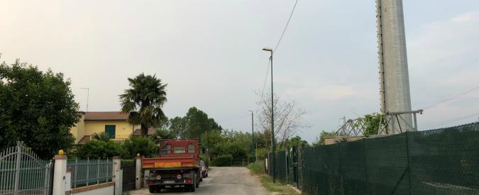 Vivere con un'antenna di 33 metri vicino casa, la storia di una comunità che lotta contro il suo 'Golia'