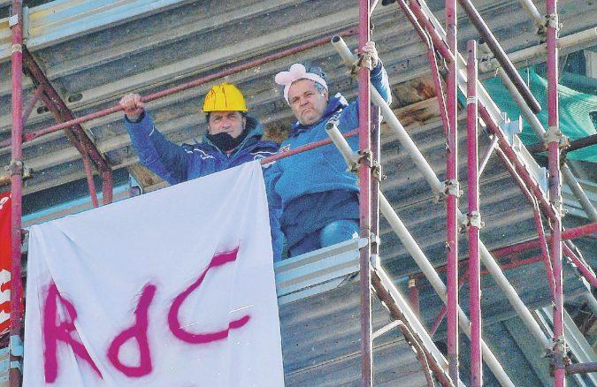 """Ex operai Fca sul campanile per protesta: """"Esclusi anche dal reddito di cittadinanza"""""""