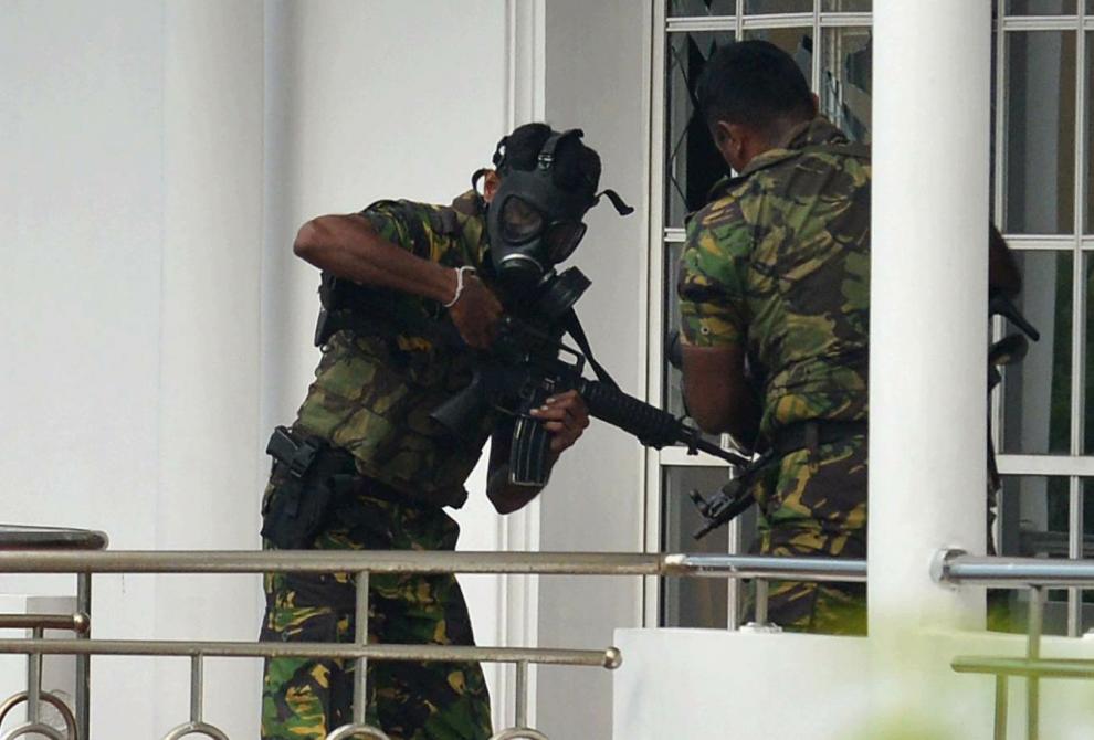 Mogli militari cercando di collegare