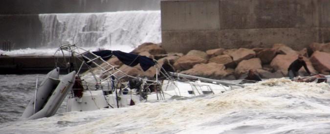 Maltempo, si ribalta barca: morto turista francese in Sardegna. Pioggia e vento in tutta Italia: a Palermo tettoie staccate