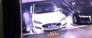Tesla, in un filmato (virale) l'auto prende fuoco da sola in un garage: Elon Musk incarica squadra per fare chiarezza