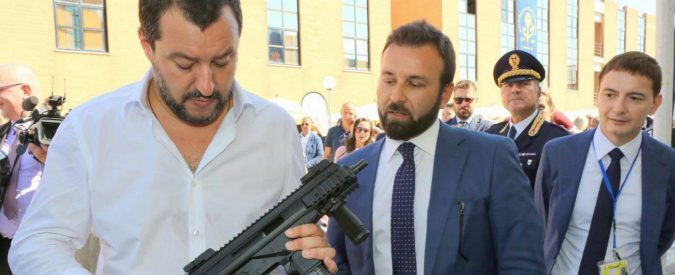 Salvini col mitra, quel 'siamo armati' riguarda tutti noi