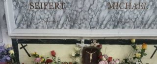 """25 aprile, a Santa Maria Capua Vetere fiori sulla tomba del boia di Bolzano. Anpi: """"Basta omaggi, loculo sia anonimo"""""""