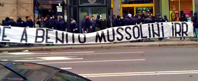 Milano, striscione degli ultras della Lazio: 'Onore a Benito Mussolini'. Slogan fascisti a piazzale Loreto alla vigilia del 25 aprile