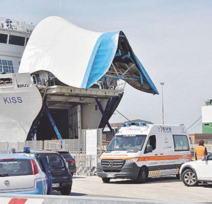 Crolla una rampa d'acciaio, operaio di 51 anni muore su un traghetto della Moby