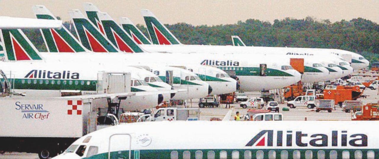 Alitalia, svanite tutte le soluzioni, resta l'ultima mossa: un referendum