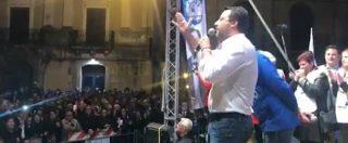 """Caltanissetta, Salvini contestato durante il comizio: """"Fuori i fascisti"""". Lui sfotte i manifestanti, poi alla fine: """"Sono stanco"""""""