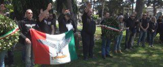 Cremona, il divieto del sindaco non basta: cerimonia per Mussolini e Farinacci con prete negazionista e saluti romani