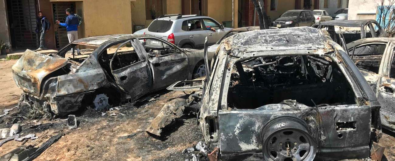 """Libia, governo Sarraj: """"Raid delle forze di Haftar su Tripoli, almeno undici morti"""". Noc: """"A rischio produzione di petrolio"""""""