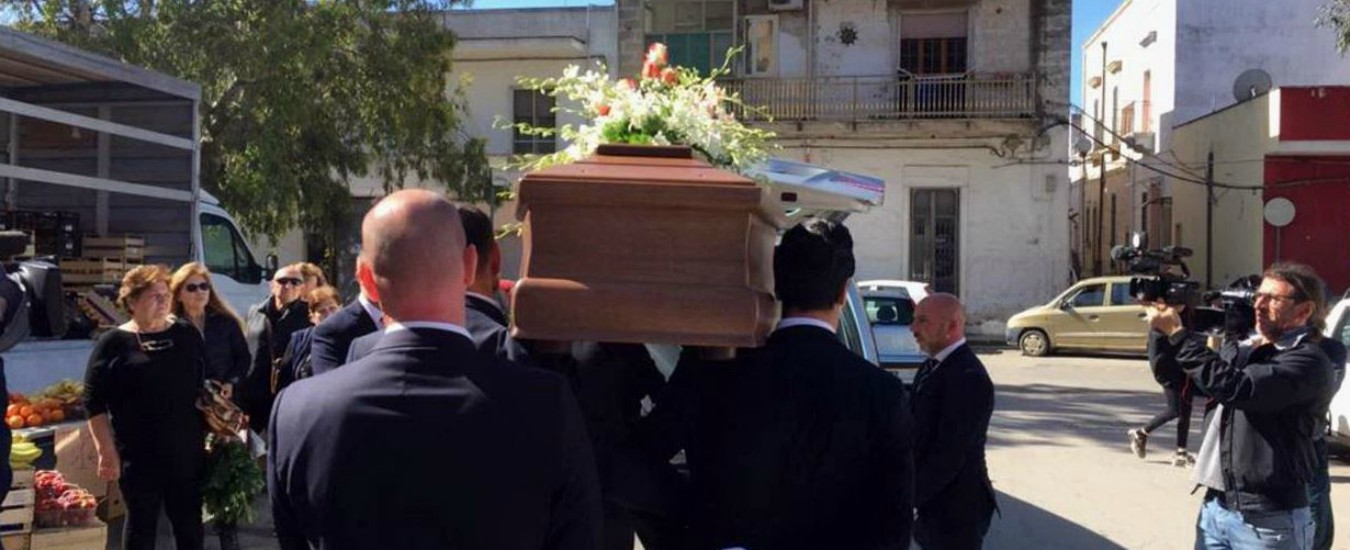 """Manduria, i funerali dell'uomo vittima della baby-gang. Il procuratore: """"Se chi sapeva ci avesse avvisato, sarebbe vivo"""""""