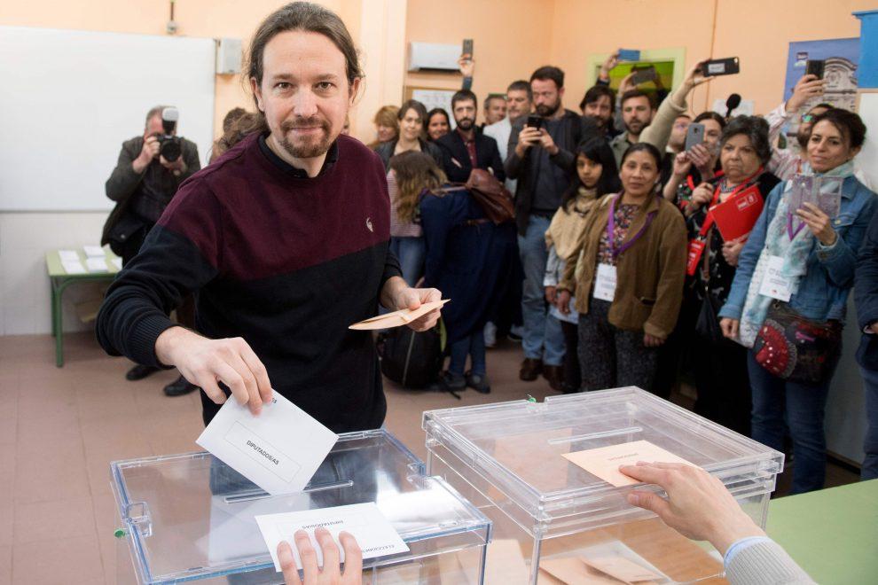 Pablo Iglesias mentre vota