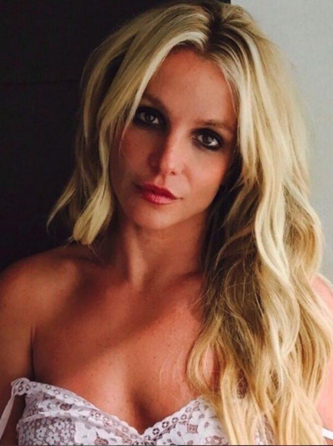 """Britney Spears infuriata: """"I paparazzi hanno venduto le mie foto ritoccate: io non sono così grassa"""""""