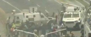 Venezuela, scontri alla base militare di La Carlota: i blindati investono i manifestanti antigovernativi