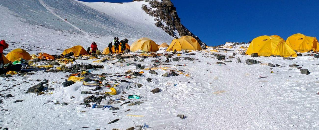 Everest, tende, bombole ed escrementi: raccolte tre tonnellate di rifiuti
