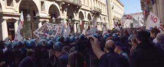 """Torino, polizia contro il corteo No Tav. Il video della carica e delle manganellate: """"Un'aggressione a freddo"""""""