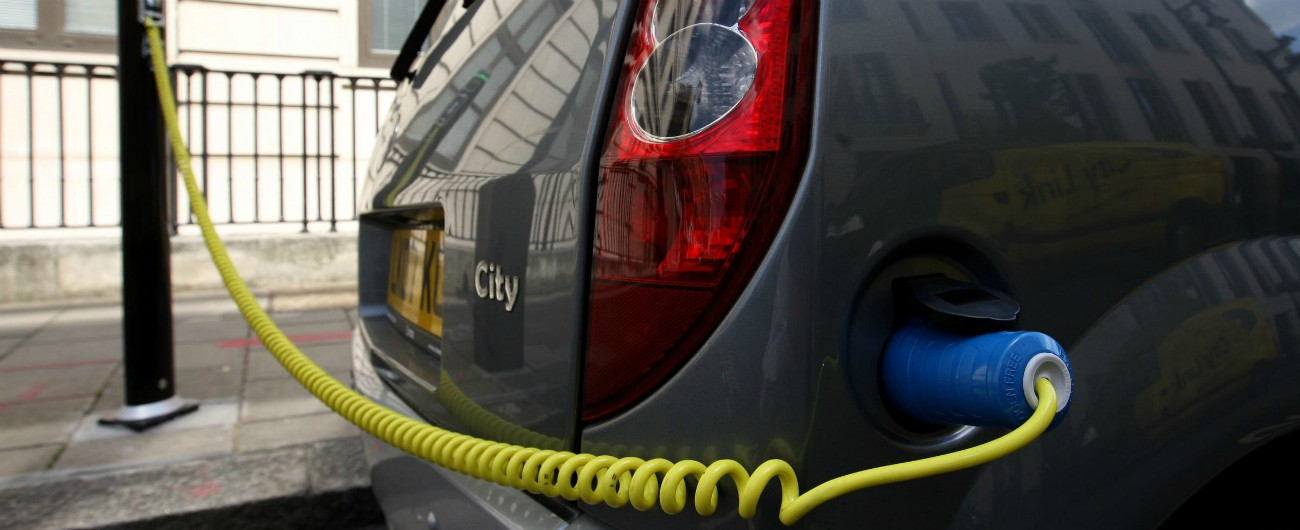 """Amsterdam, il piano della giunta 'verde': """"Dal 2030 in città solo le auto elettriche"""""""