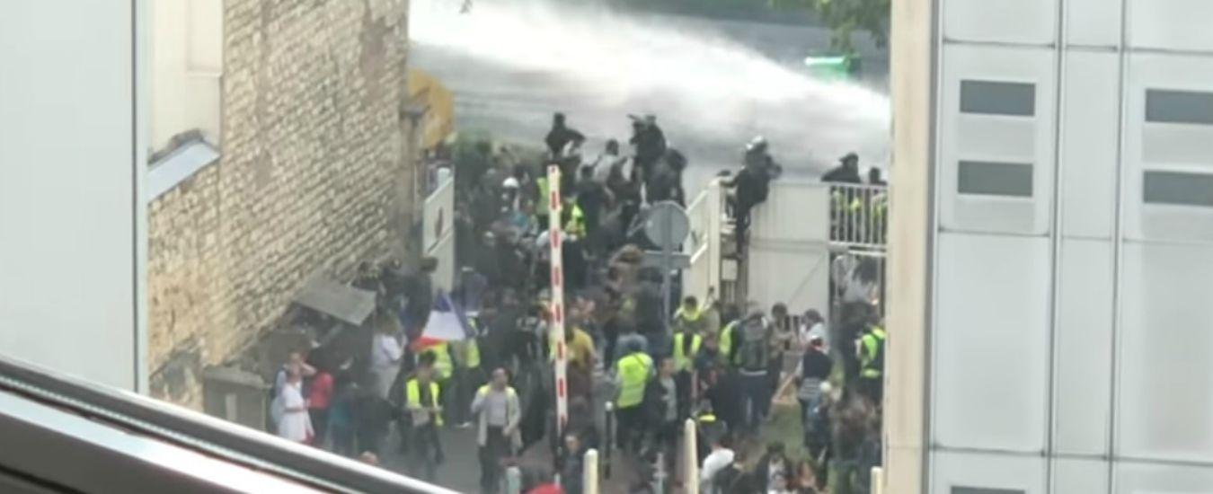 """Gilet gialli, il ministro dell'Interno annuncia: """"Attaccato ospedale a Parigi"""". Ma è falso. Opposizioni: """"Si dimetta"""""""