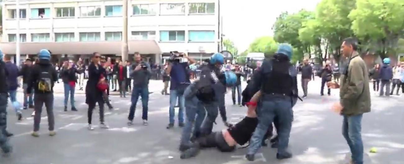 Modena, scontri al presidio anti-Salvini tra la polizia e i manifestanti: un ferito. Ministro: 'Sono zecche da centro sociale'