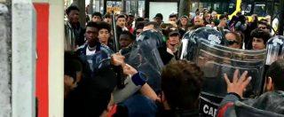 Modena, urla e lanci di sassi prima del comizio di Salvini: polizia carica i manifestanti. Il video
