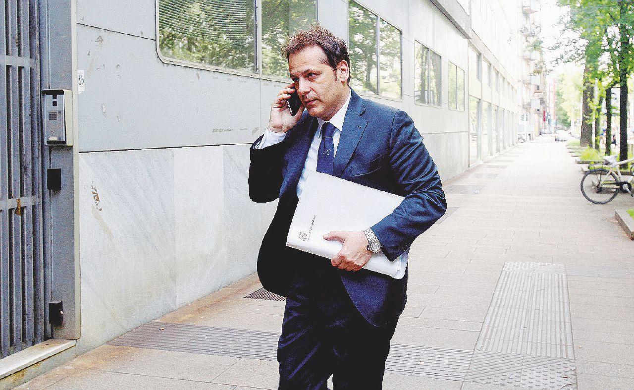 In Edicola sul Fatto Quotidiano del 4 Maggio: Il sottosegretario non si dimette: si andrà alla conta in Cdm