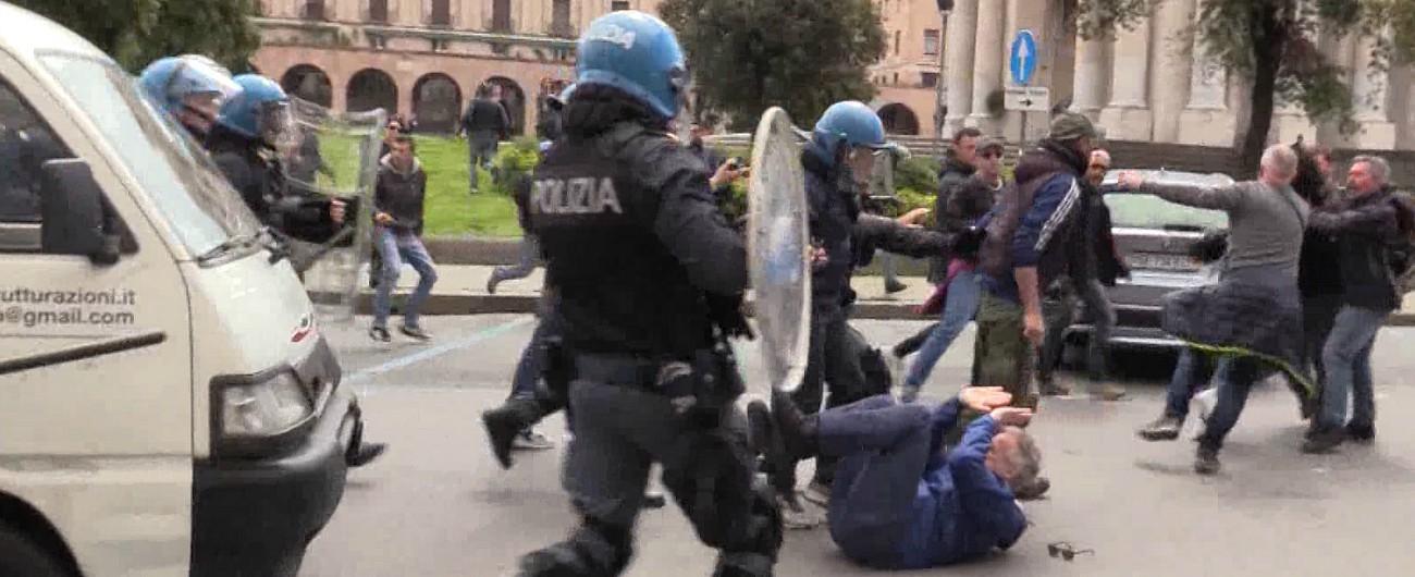 genova, giornalista di repubblica picchiato dalla polizia durante una carica . -video-