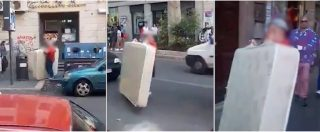 Rome, trying to throw a mattress on the street, but she is trapped. Post video: